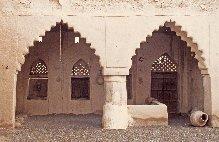 Aspects d'une maison du village d'al-Muntarib, situé dans la Sharqiyya d'Oman, Yémen, galerie appelée dihrîz. 1976.